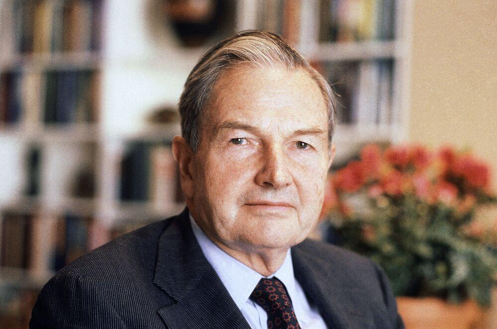 Do 1981 roku Rockefeller stał na czele zarządu banku Chase Manhattan a jednocześnie przewodniczył Radzie ds. Stosunków Międzynarodowych konsultującej Departament Stanu USA.