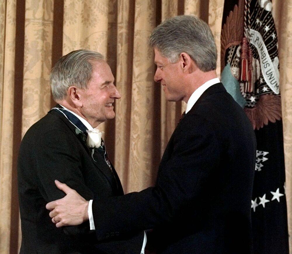 David kontynuował tradycję Rockefellerów, zakładając i wspierając organizacje charytatywne i społeczne. Na zdjęciu: Bill Clinton wręcza Rockefellerowi Prezydencki Medal Wolności, 15 stycznia 1998 roku.