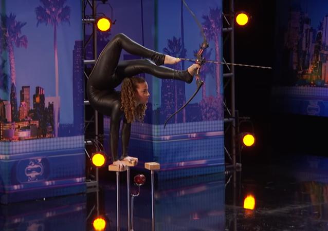 14-letnia akrobatka Sofie Dossi.