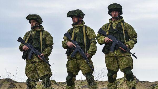 Żolnierze rosyjskich sił zbrojnych na ćwiczeniach dowódczo-sztabowych wojsk powietrznodesantowych na poligonie Opuk na Krymie - Sputnik Polska