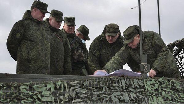 Dowodzący Wojsk Powietrznodesantowych Andriej Serdiukow (po lewej) - Sputnik Polska