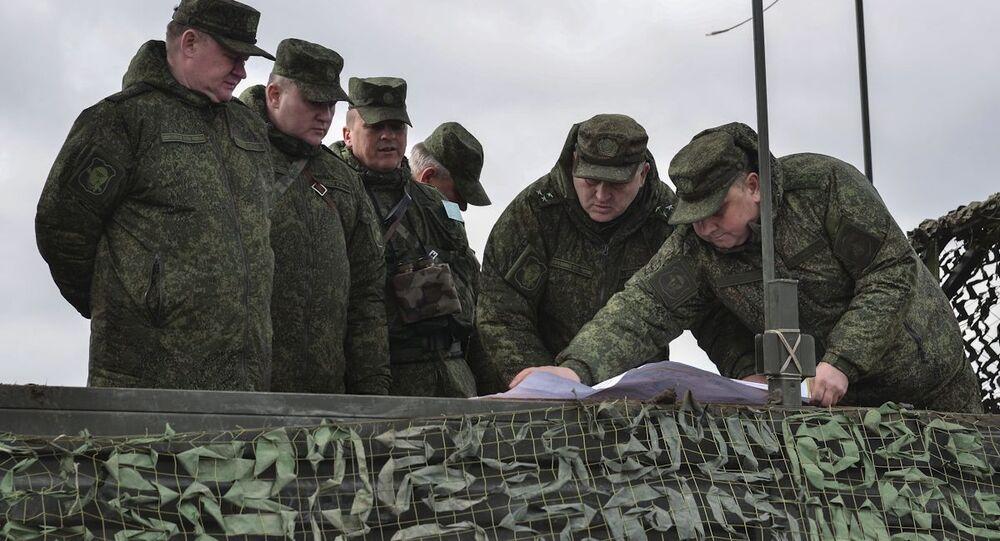 Dowodzący Wojsk Powietrznodesantowych Andriej Serdiukow (po lewej)