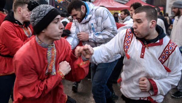 Uczestnicy walk na pięści w czasie Maslenicy w Centrum Rosyjskiej Kultury Kreml w Izmajłowie - Sputnik Polska