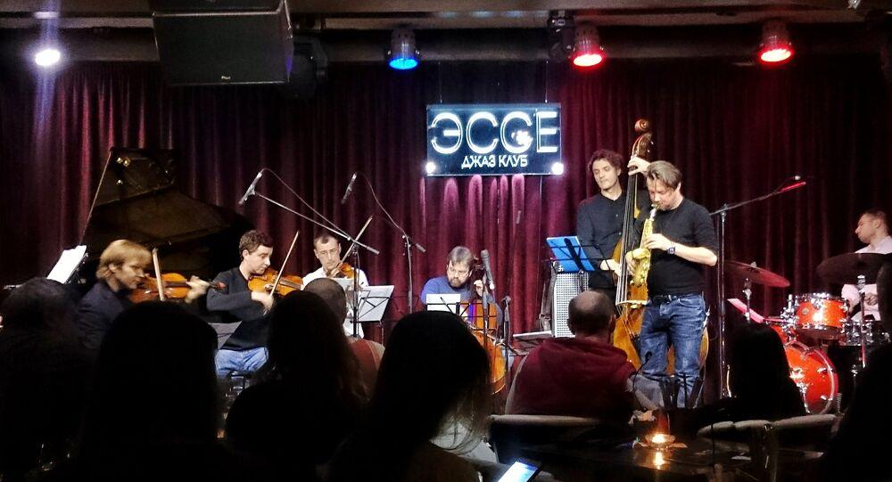 Grzech Piotrowski na scenie jazz kawiarni Esse