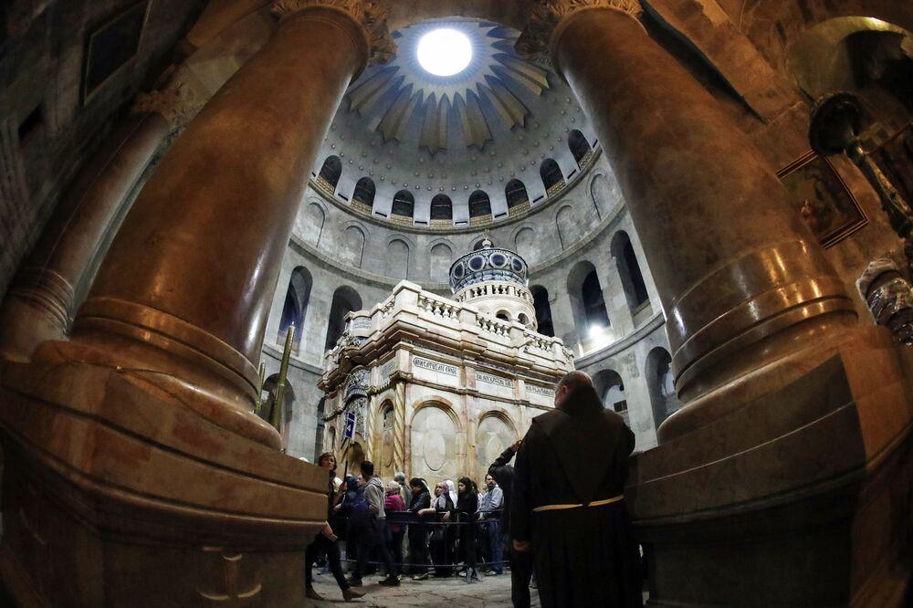 Kuwukla została wzniesiona na początku IV wieku nad główną świątynią świata chrześcijańskiego - Grobem Pańskim.