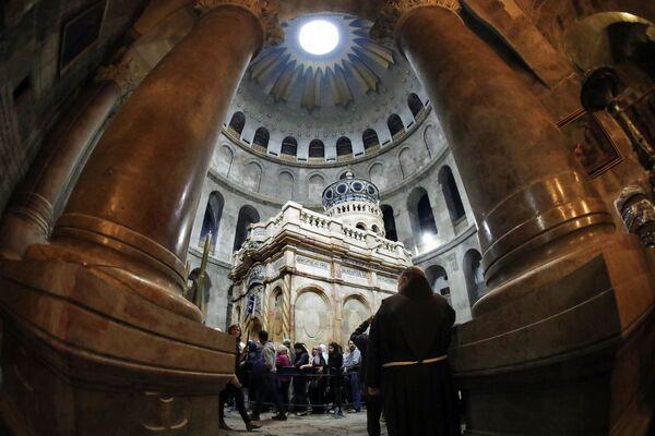 Kuwukla została wzniesiona na początku IV wieku nad główną świątynią świata chrześcijańskiego - Grobem Pańskim. - Sputnik Polska