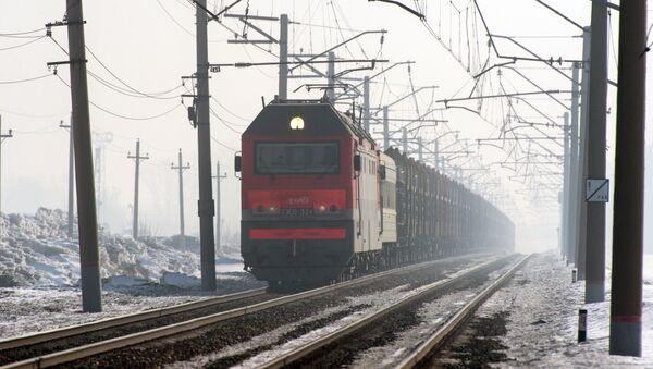 Pociąg towarowy jadący po jednym z odgałęzieni Transsyberyjskiej Kolei w obwodzie nowosyberyjskim - Sputnik Polska