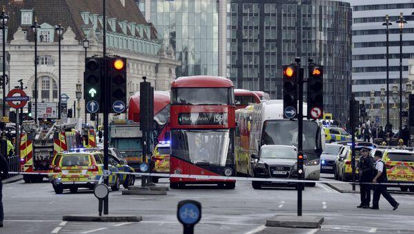 Otoczone przez policję miejsce strzelaniny pod budynkiem parlamentu w Londynie - Sputnik Polska