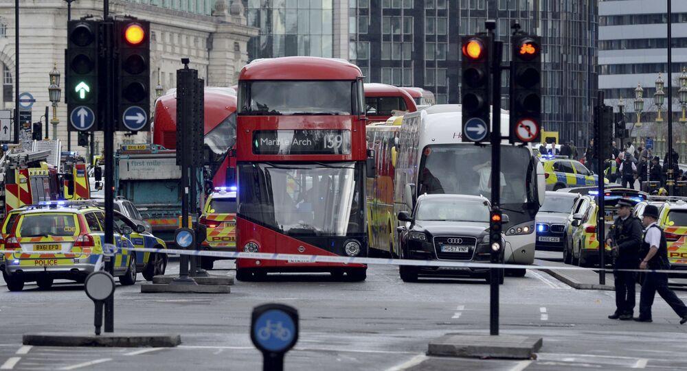 Otoczone przez policję miejsce strzelaniny pod budynkiem parlamentu w Londynie