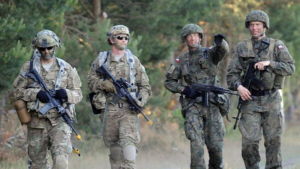Spadochroniarze z Dywizji Powietrznodesantowej USA i Dywizji Powietrznodesantowej Polski na ćwiczeniach - Sputnik Polska