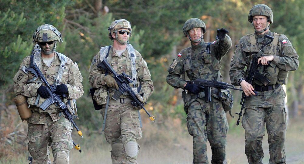 Spadochroniarze z Dywizji Powietrznodesantowej USA i Dywizji Powietrznodesantowej Polski na ćwiczeniach