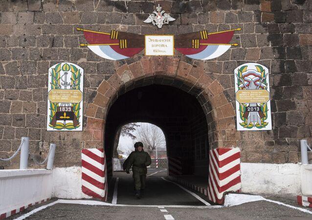 Teren 102. rosyjskiej bazy wojskowej w Południowym Okręgu Wojskowym w Giumri.