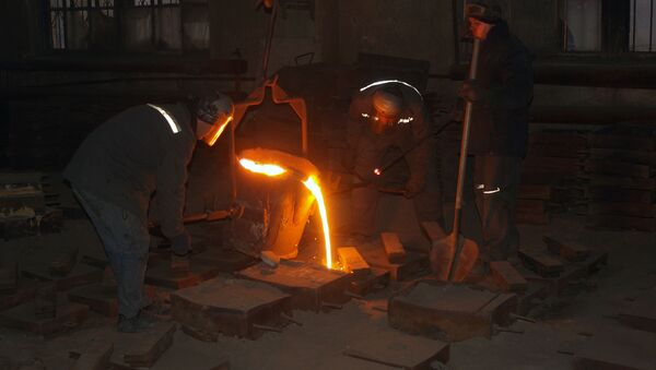 Robotnicy podczas obróbki stali, Makijiwka - Sputnik Polska