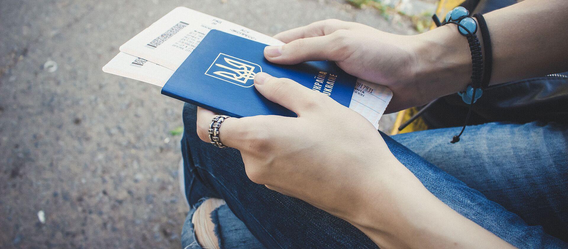Dziewczynka z ukraińskim paszportem i biletami w ręku - Sputnik Polska, 1920, 07.08.2019