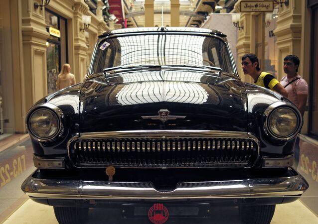Wołga GAZ-22 na wystawie klasycznych samochodów radzieckich w moskiewskim GUM-ie