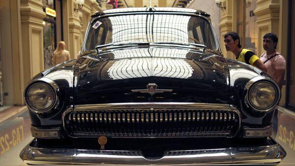 Wołga GAZ-22 na wystawie klasycznych samochodów radzieckich w moskiewskim GUM-ie - Sputnik Polska