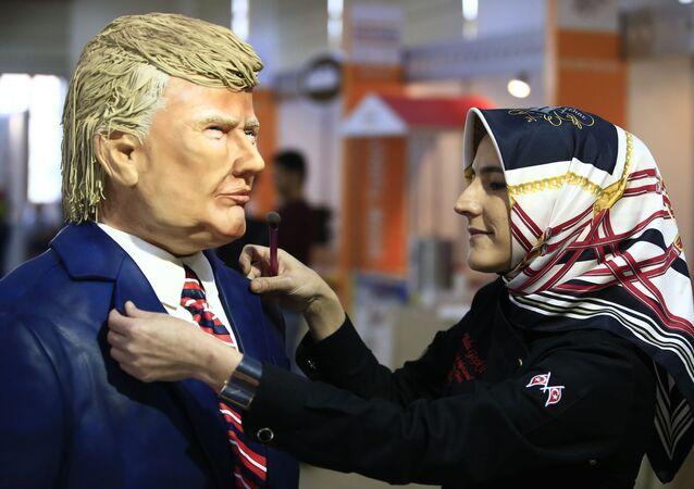 Postać prezydenta USA Donalda Trumpa i cukiernik Tuğba Geçkil podczas festiwalu czekolady w Stambule