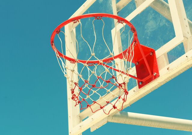 Młody atleta kontra leciwy koszykarz