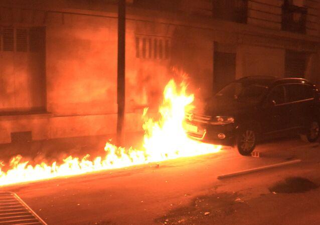 Demonstranci podpalili samochody na ulicach Paryża