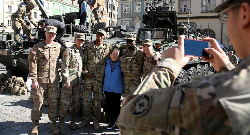 Mieszkańcy Wrocławia fotografują się z żołnierzami NATO, 27 marca 2017