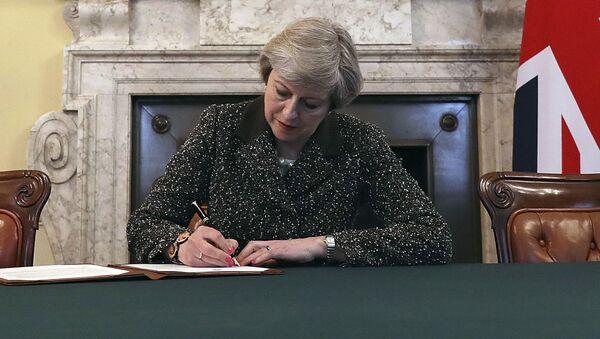 Premier Wielkiej Brytanii Theresa May podpisuje list do UE o wszczęciu procedury Brexitu - Sputnik Polska