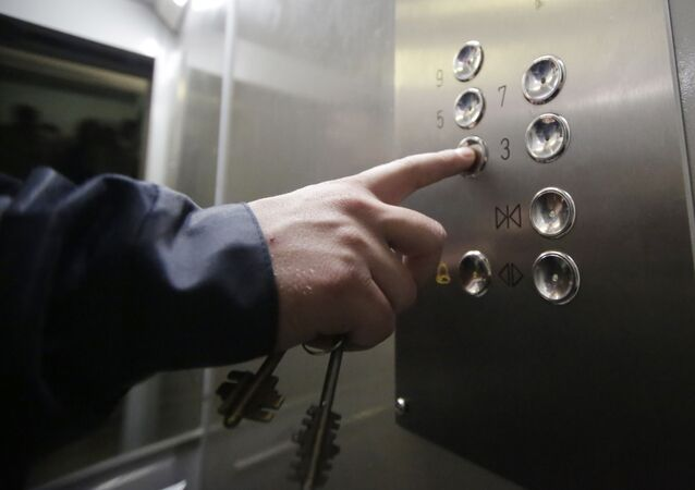 Panel z przyciskami w energooszczędnej windzie