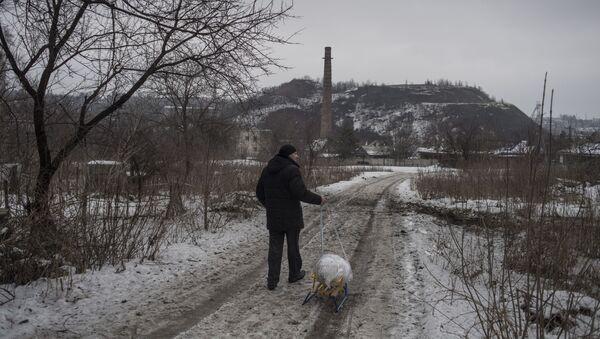 Mężczyzna na obrzeżach Doniecka - Sputnik Polska