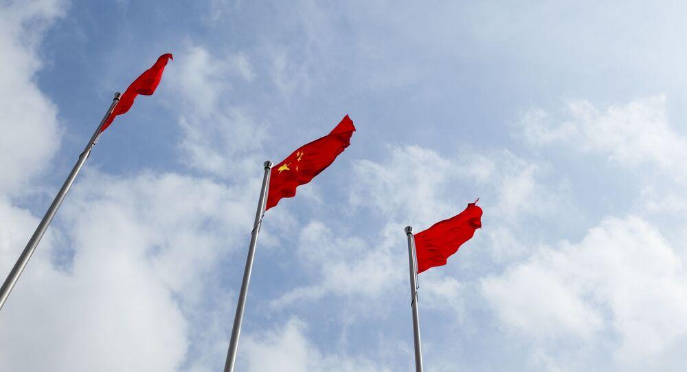 Chińska flaga i chmury