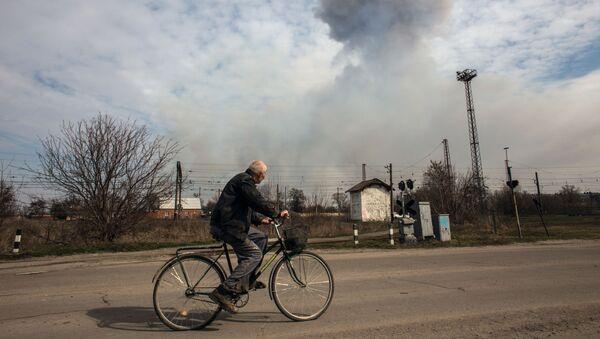 Mężczyzna na rowerze na jednej z ulic Bałakliji w obwodzie charkowskim - Sputnik Polska