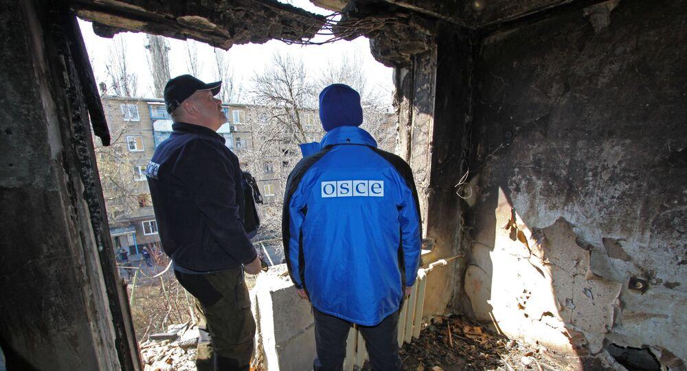 Przedstawiciele OBWE oglądają dom mieszkalny uszkodzony w wyniku ostrzałów w Doniecku
