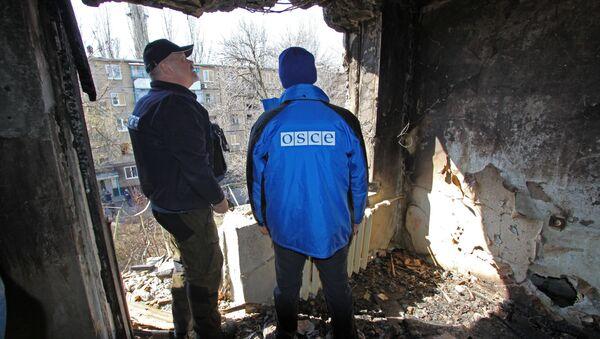 Przedstawiciele OBWE oglądają dom mieszkalny uszkodzony w wyniku ostrzałów w Doniecku - Sputnik Polska