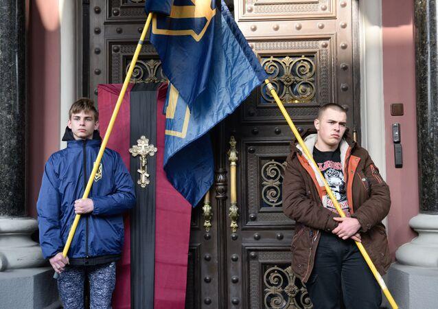 Uczestnicy akcji nacjonalistów pod budynkiem Banku Narodowego Ukrainy w Kijowie