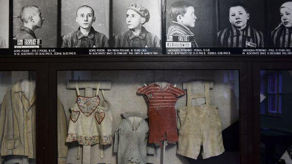 Zdjęcia i ubrania w muzeum na terenie byłego obozu koncentracyjnego Auschwitz-Birkenau w Oświęcimiu - Sputnik Polska