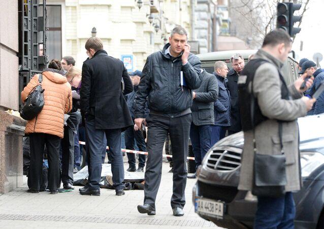 Pracownicy służb porządkowych na miejscu zabójstwa Denisa Woronienkowa