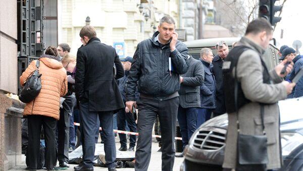 Pracownicy służb porządkowych na miejscu zabójstwa Denisa Woronienkowa - Sputnik Polska