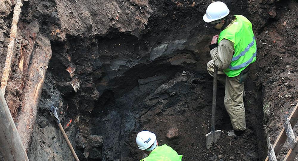 """Archeolodzy podczas wykopalisk """"tajnej komnaty"""" w centrum Moskwy"""