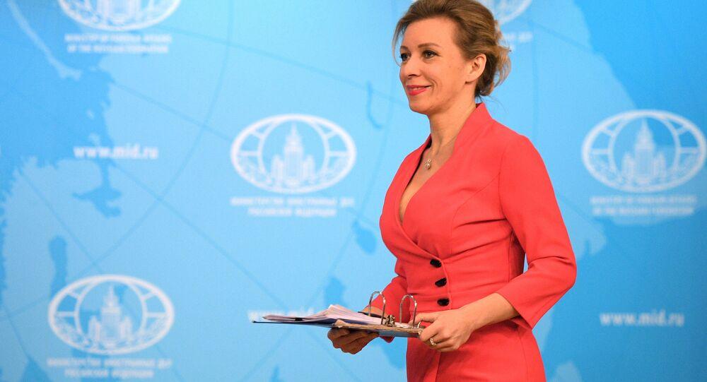 Maria Zacharowa w czerwonej sukience