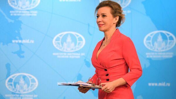 Maria Zacharowa w czerwonej sukience - Sputnik Polska