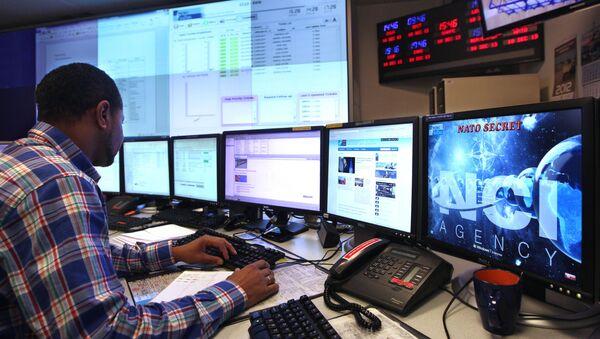 Operator w technicznym centrum reagowania na incydenty bezpieczeństwa komputerowego NATO w Belgii - Sputnik Polska