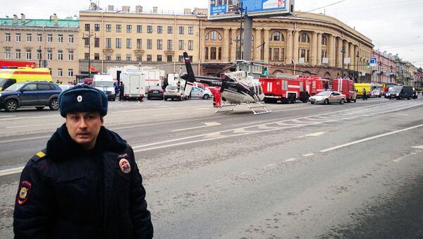 Policjant przy wejściu na stację Tiechnologiczeskij Institut - Sputnik Polska