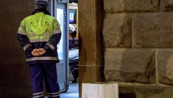 Pracownicy MSN Rosji wynoszą ciała ofiar wybuchu na stacji Tiechnologiczeskij Institut w petersburskim metrze - Sputnik Polska