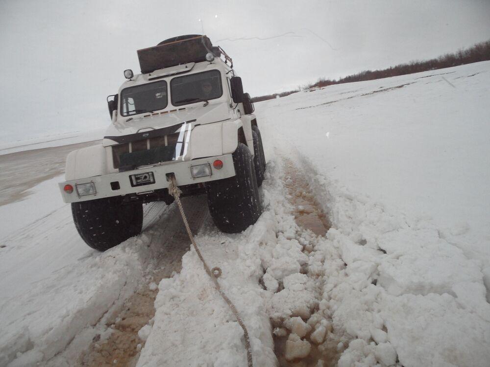 W tundrze nie można nic planować: z powodu wczesnej wiosny nawet pojazd amfibia może ugrzęznąć w wodzie pod grubą warstwą śniegu.