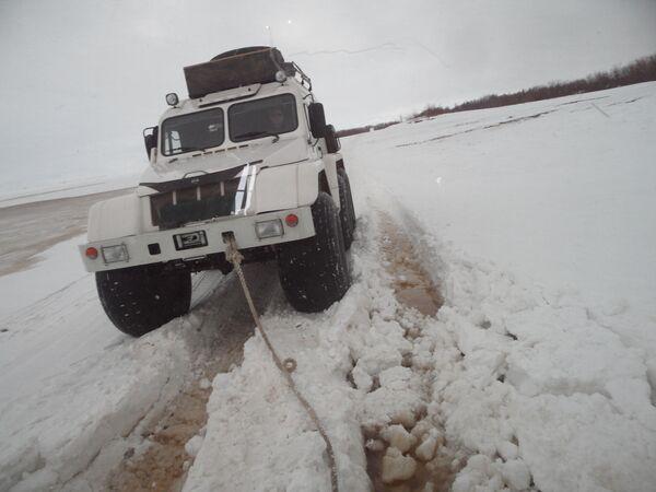 W tundrze nie można nic planować: z powodu wczesnej wiosny nawet pojazd amfibia może ugrzęznąć w wodzie pod grubą warstwą śniegu. - Sputnik Polska