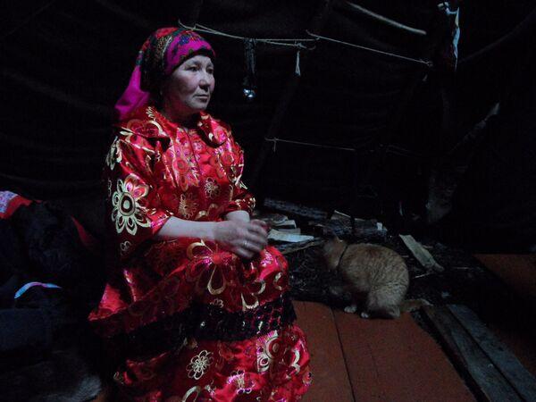 W czumie rządzi kobieta. Żony hodowców renów oficjalnie są hodowcami renów trzeciej rangi. Ale teraz, przy wsparciu władz Jamalsko-Nienieckiego Okręgu Autonomicznego, kobiety dążą do oficjalnego przyznania swojej prawdziwej pracy: gospodyni czumu. - Sputnik Polska