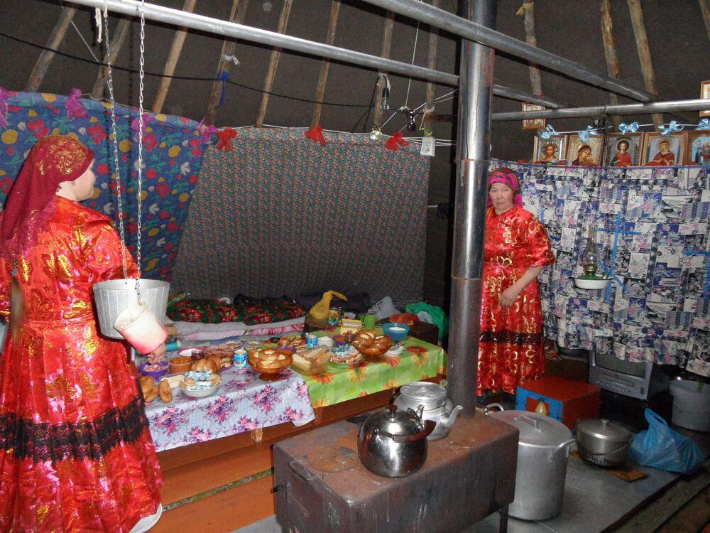 Kobieta w czumie ma mnóstwo obowiązków: szykuje jedzenie, nosi wodę, rąbie drwa, pali w piecu, szyje, wyprawia skóry, pilnuje dzieci i psów, pierze i sprząta.