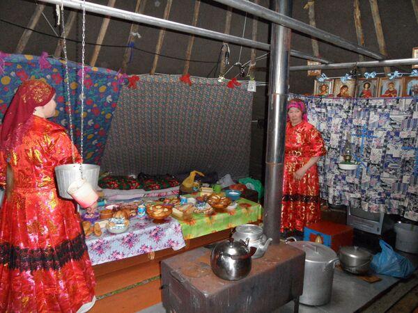 Kobieta w czumie ma mnóstwo obowiązków: szykuje jedzenie, nosi wodę, rąbie drwa, pali w piecu, szyje, wyprawia skóry, pilnuje dzieci i psów, pierze i sprząta. - Sputnik Polska