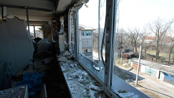 Zniszczone w wyniku ostrzałów ukraińskich sił bezpieczeństwa mieszkanie w Donbasie - Sputnik Polska