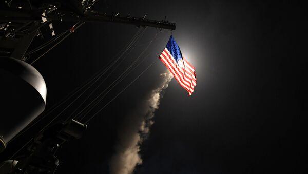 Amerykański niszczyciel typu Ross przeprowadza atak rakietowy na syryjską bazę lotniczą - Sputnik Polska