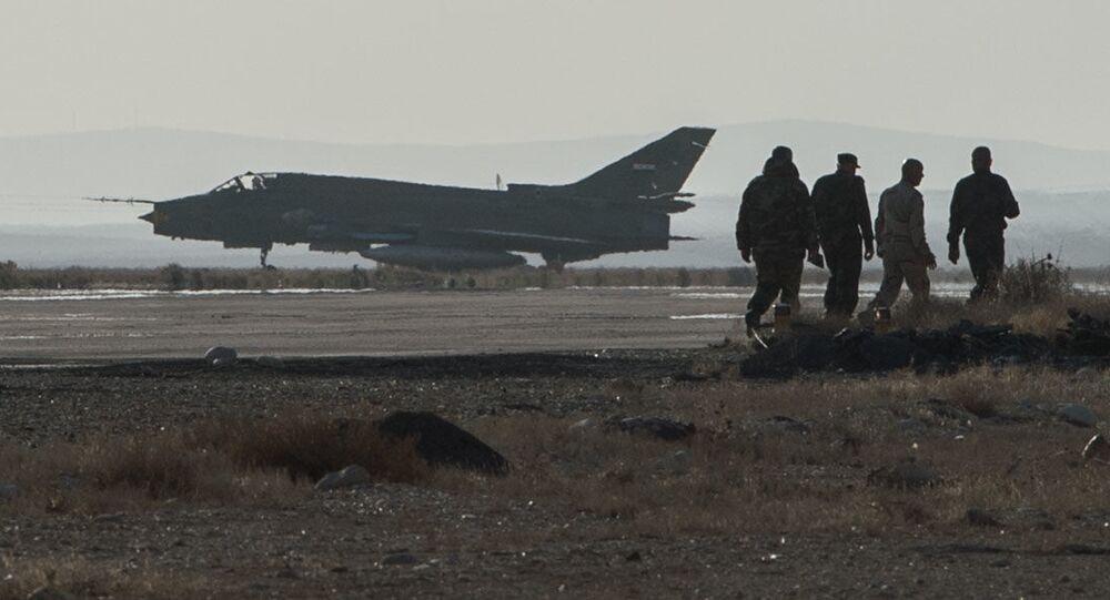 Samolot Su-22 syryjskich sił zbrojnych w bazie syryjskich sił powietrznych w prowincji Homs