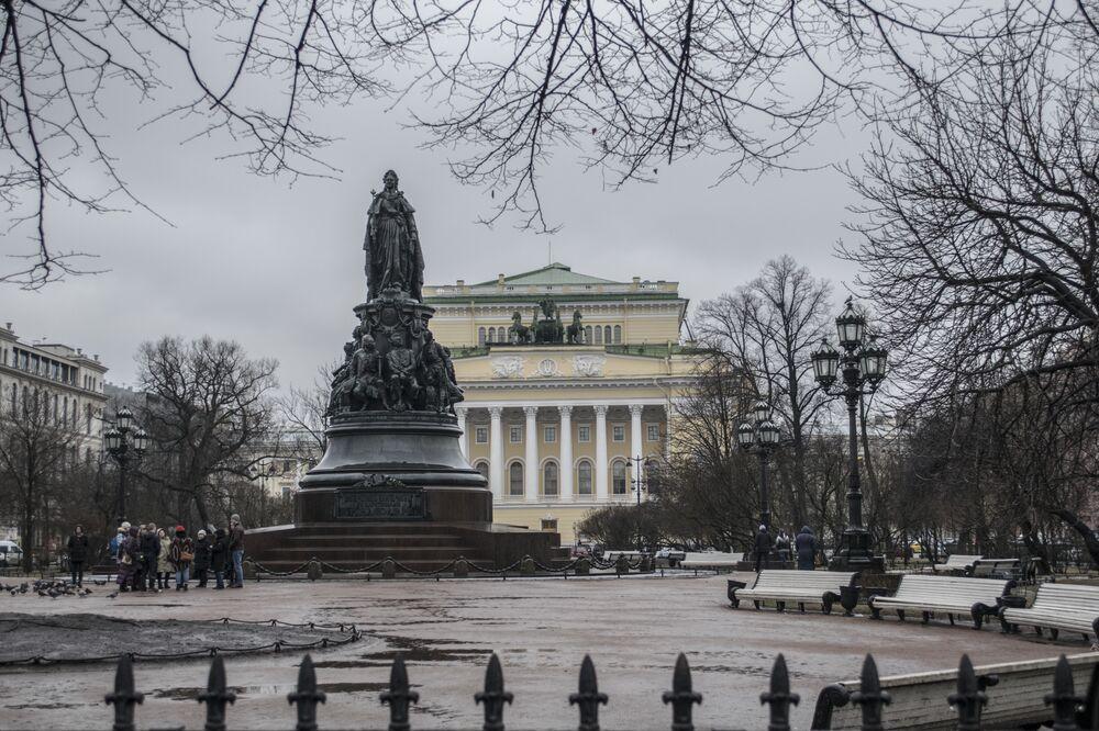 Pomnik Katarzyny II na Placu Ostrowskiego w Petersburgu.
